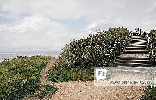 Küstenweg und Holztreppe bei Santa Barbara  Kalifornien  USA.