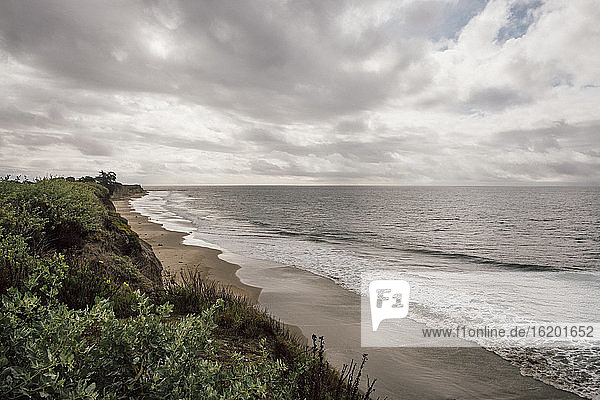 Blick entlang des Sandstrandes bei bewölktem Himmel in der Nähe von Santa Barbara  Kalifornien  USA.