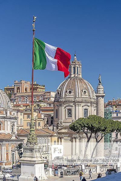 Kirche des Allerheiligsten Namens Mariens auf dem Trajansforum und der Trajanssäule  UNESCO-Weltkulturerbe  Rom  Latium  Italien  Europa