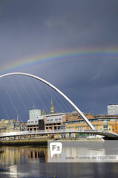 Die Gateshead-Millenniumsbrücke über den Tyne-Fluss  Gateshead  Newcastle-upon-Tyne  Tyne and Wear  England  Vereinigtes Königreich  Europa