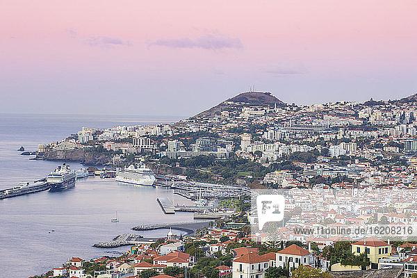 Blick auf Funchal mit Blick auf den Hafen  Funchal  Madeira  Portugal  Atlantik  Europa