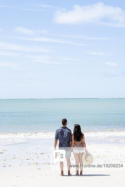 Ein gut aussehendes hispanisches (lateinamerikanisches) Paar an einem einsamen Strand mit dem Rücken zur Kamera  Brasilien  Südamerika