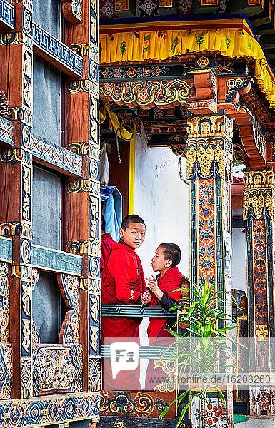 Novizen buddhistische Mönche  Kloster Chimi Lhakhang  auch bekannt als Fruchtbarkeitstempel  Distrikt Punakha  Bhutan  Asien