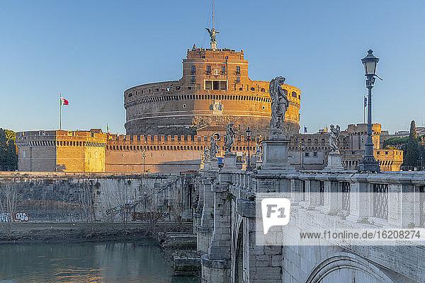 Engelsbrücke (Ponte Sant'Angelo) und Engelsburg  UNESCO-Weltkulturerbe  Rom  Latium  Italien  Europa