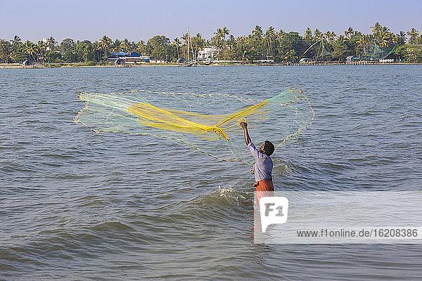 Fischer beim Werfen von Fischernetzen  Fort Kochi  Cochin (Kochi)  Kerala  Indien  Asien