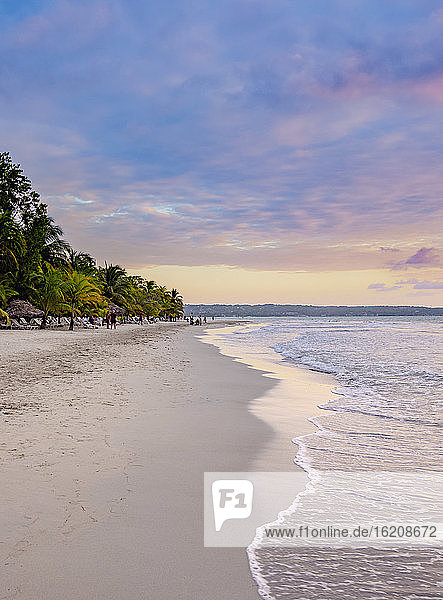 Seven Mile Beach bei Sonnenuntergang  Long Bay  Negril  Westmoreland Parish  Jamaika  Westindische Inseln  Karibik  Mittelamerika