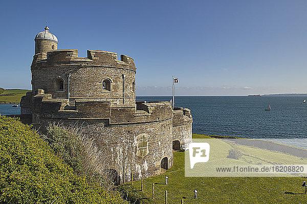 Das historische St. Mawes Castle  erbaut im 16. Jahrhundert zur Verteidigung der Hafeneinfahrt von Falmouth  St. Mawes  Süd-Cornwall  England  Vereinigtes Königreich  Europa