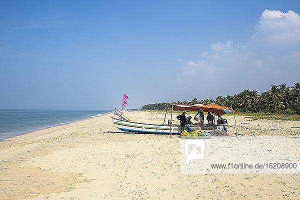 Männer sortieren Fischernetz auf Boot  Marari-Strand  Alleppey (Alappuzha)  Kerala  Indien  Asien