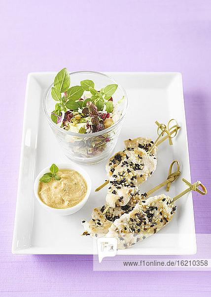 Hähnchenspieße im Teller mit Erdnussdip