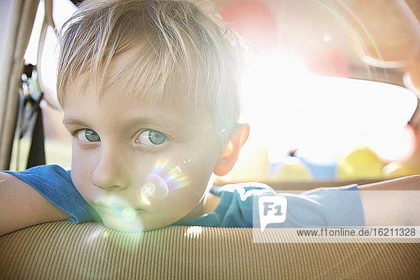 Deutschland  Nordrhein-Westfalen  Köln  Porträt eines Jungen  der sich an einen Autositz lehnt  Nahaufnahme