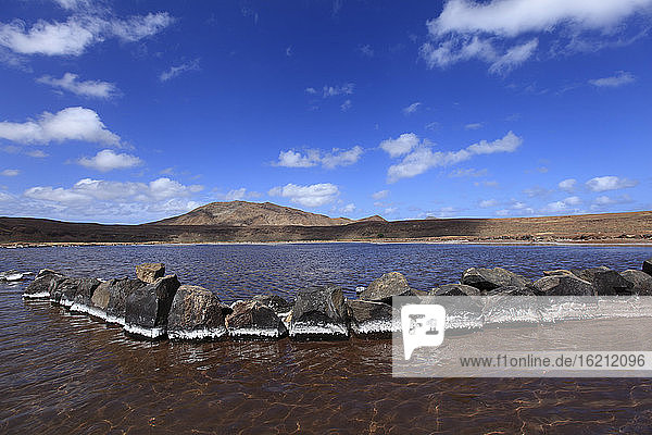 Afrika  Kap Verde  Sal  Blick auf Salz auf Steinen im Salzsee