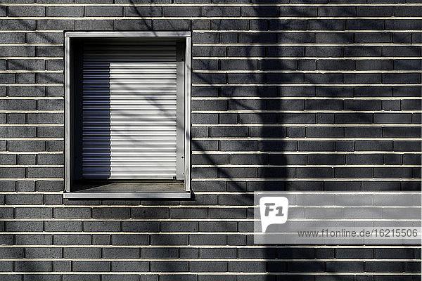 Deutschland  München  Gemauertes Haus mit verschlossenem Fenster Deutschland, München, Gemauertes Haus mit verschlossenem Fenster