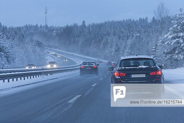 Gremany  Bayern  Autos bewegen sich auf Bundesstraße Gremany, Bayern, Autos bewegen sich auf Bundesstraße