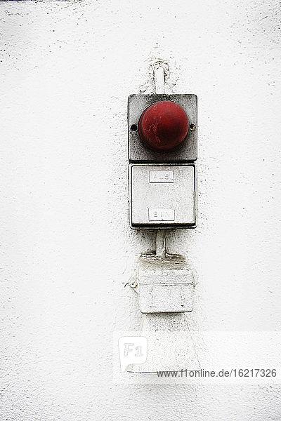 Deutschland  Alarmknopf an Hauswand  Nahaufnahme