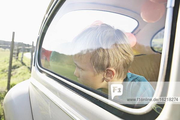 Deutschland  Nordrhein-Westfalen  Köln  Junge im Auto schaut durch Fenster  Nahaufnahme