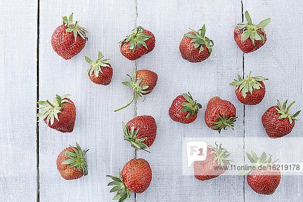 Erdbeeren auf Holztisch  Nahaufnahme