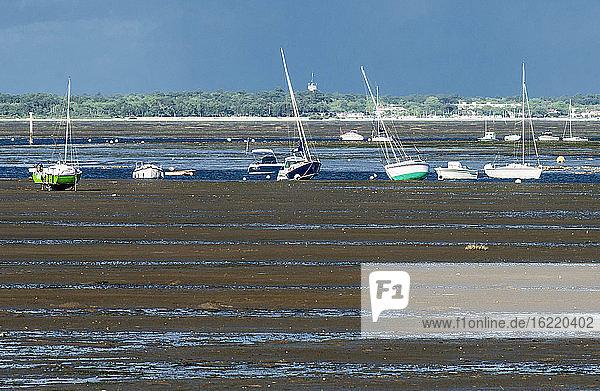 Frankreich  Bucht von Arcachon  Halbinsel Cap Ferret  Boote bei Ebbe in Claouey