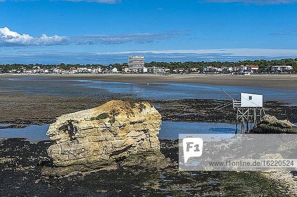 Frankreich  Charente-Maritime  Saint Georges de Didonne  der Felsen von l'ile aux Mouettes (Möweninsel) und Fischerhütten auf Stelzen