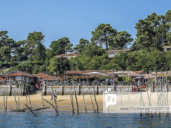 Frankreich  Bucht von Arcachon  Cap Ferret  Austernverkostungshütten im Austerndorf l'Herbe
