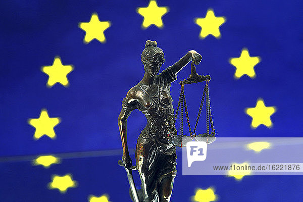 Stilleben zum Thema Gerechtigkeit in Europa