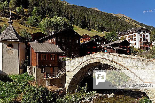 Schweiz  Kanton Wallis  Binntal  Dorf Binn  seine berühmte Brücke über den Fluss Binn