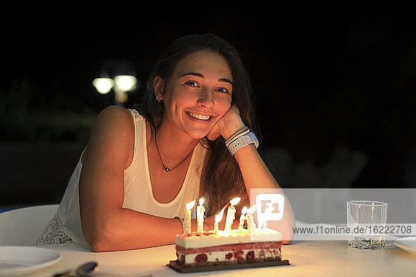 Geburtstag  junge Frau mit einer kleinen Torte