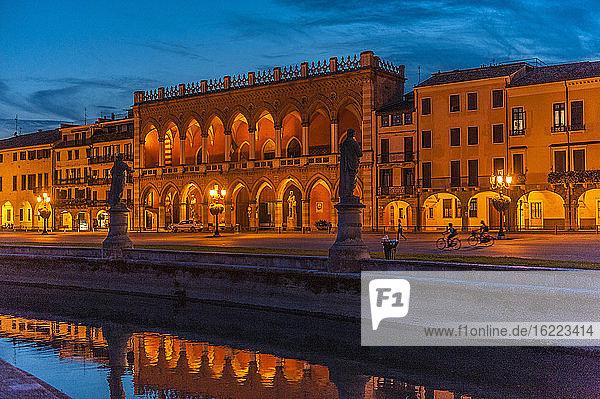 Italien  Venetien  Padua  Prato Della Valle (18. Jahrhundert)  Loggia Amulea (17. Jahrhundert) und Statuen berühmter Männer aus Padua entlang des Kanals