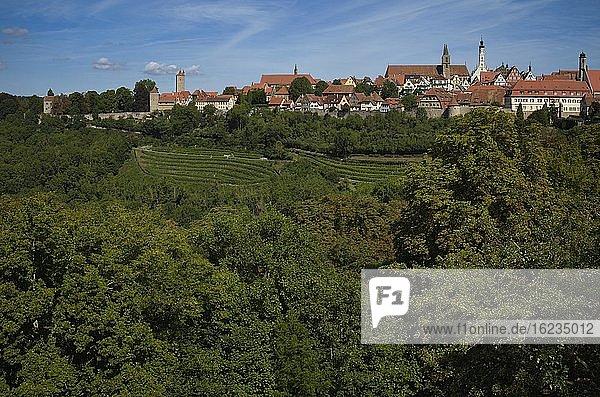 Stadtmauer  Rathaus und St. Jakob Kirche  Rothenburg ob der Tauber  Franken  Bayern  Deutschland  Europa