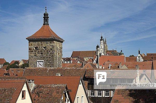 Blick von der Stadtmauer auf Sieberstor  Rathaus und St.-Jakob Kirche  Rothenburg ob der Tauber  Franken  Bayern  Deutschland  Europa