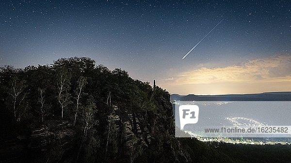 Perseiden Sternschnuppe über dem Lilienstein  Elbsandsteingebirge  Sächsische Schweiz  Deutschland  Europa