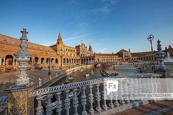 Brücke über Kanal  Brückengeländer mit bemalten Azulejo Fliesen  Plaza de España im Abendlicht  Sevilla  Andalusien  Spanien  Europa