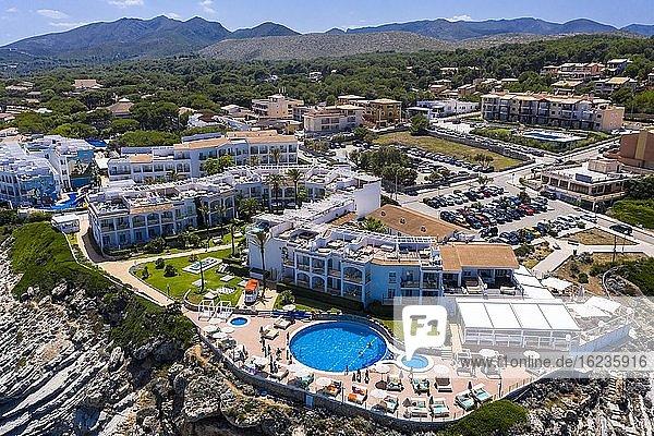 Luftaufnahme  Steilküste und Strand mit Hotel Viva Cala Mesquida Resort & Spa  Cala Agulla  Cala Mesquida  Mallorca  Balearen  Spanien  Europa