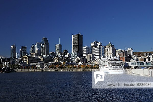Kreuzfahrtschiff im Alten Hafen vor Skyline mit Wolkenkratzern  Montreal  Provinz Quebec  Kanada  Nordamerika
