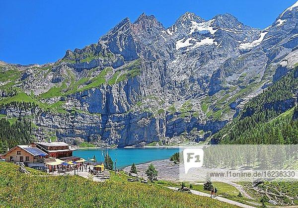 Oeschinensee mit Berggasthof und Blüemlisalp  Kandersteg  Kandertal  Berner Oberland  Kanton Bern  UNESCO-Weltnaturerbe  Schweiz  Europa