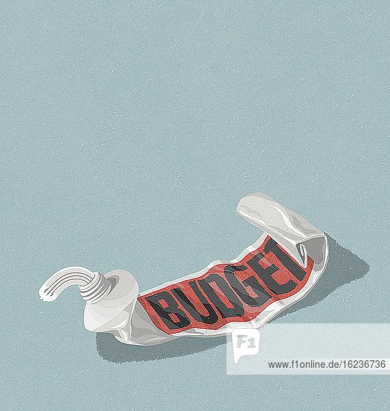 Euro-Zeichen wird aus leerer Haushalts-Zahnpastatube gequetscht
