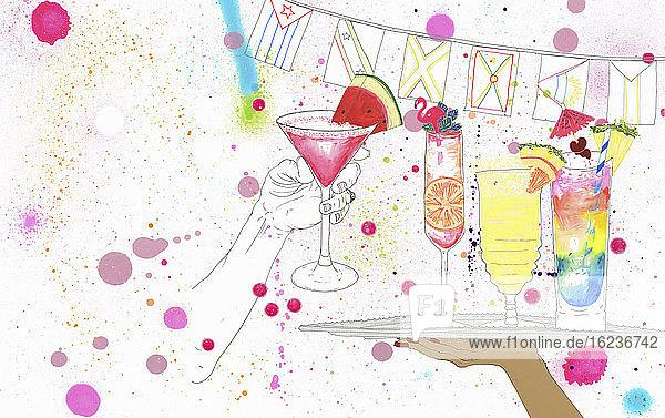 Ältere Frau nimmt auf einer Party einen Cocktail vom Tablett