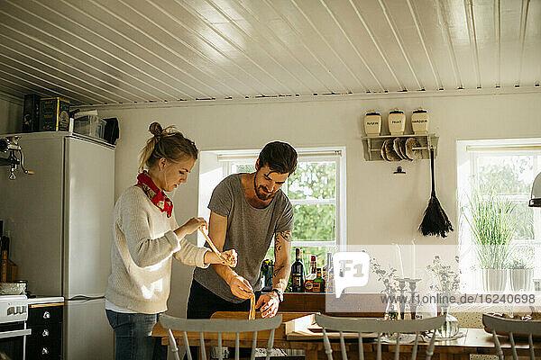 Ehepaar bereitet Zimtschnecken vor