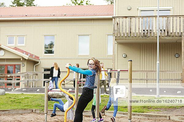 Mädchen spielt auf dem Schulhof