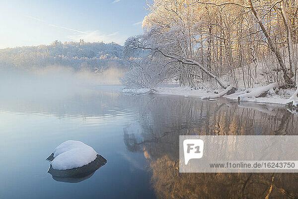 Fluss im Winter