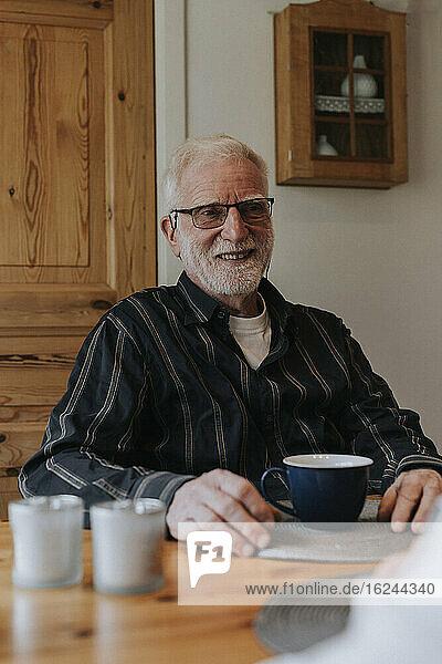 Älterer Mann beim Kaffee