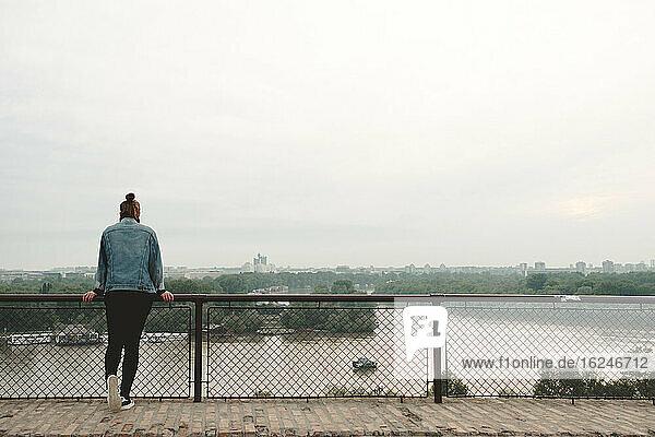 Frau schaut auf Fluss