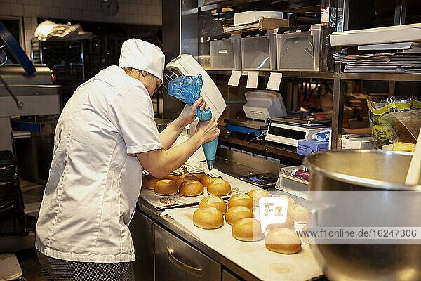 Bäckerin in einer Bäckerei
