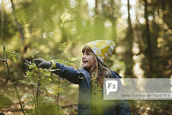Lächelndes Mädchen im Wald