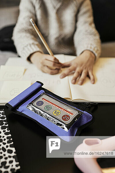 Hohe Winkel Ansicht der pädagogischen elektronischen Spiel  Kind schriftlich auf dem Hintergrund