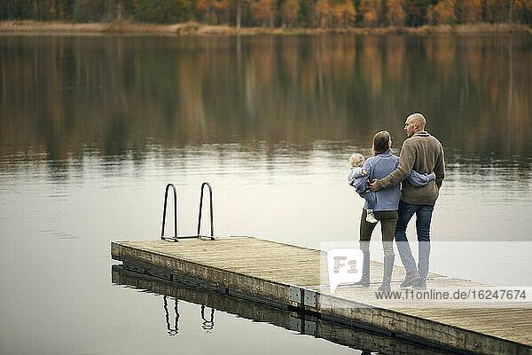 Eltern mit Kleinkind auf dem Bootssteg