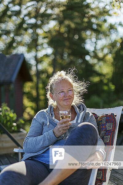 Frau entspannt mit einem Glas Wein