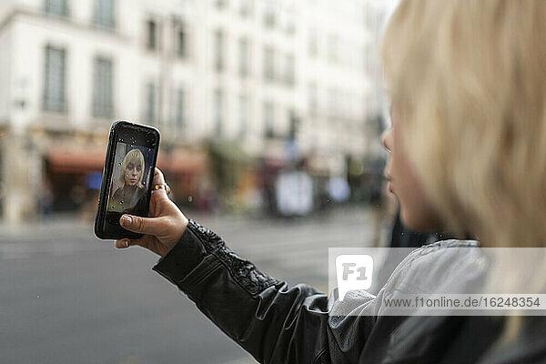 Frau nimmt Selfie