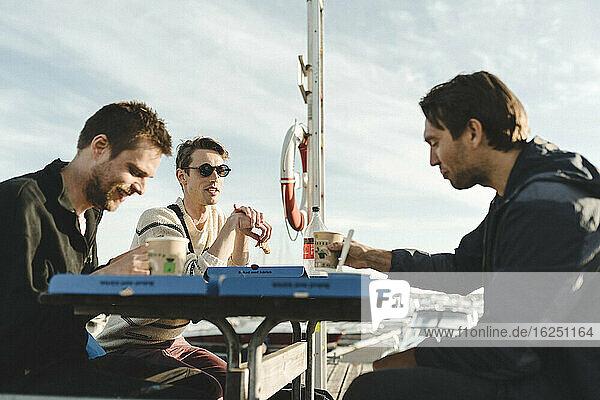 Männer im Jachthafen beim Kaffee trinken