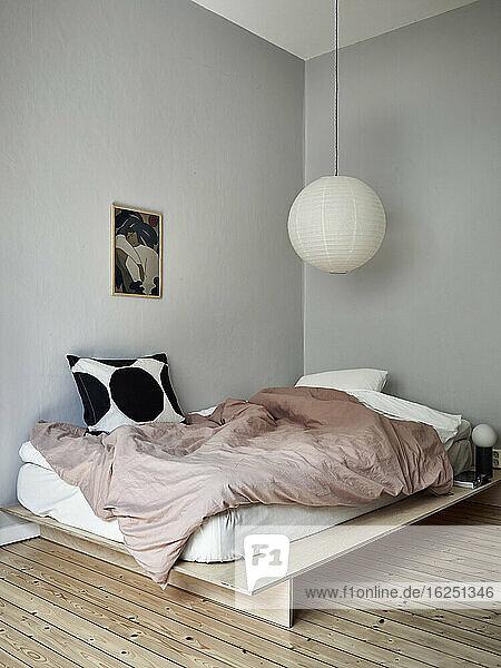 Blick in ein modernes Schlafzimmer
