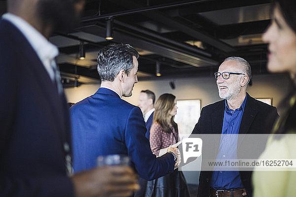 Männliche Unternehmer schütteln im Amt Hände